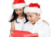 2 изумленных дет раскрывают подарки на рождество Стоковое Изображение