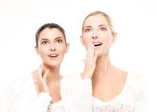 изумлено 2 женщинам молодым Стоковые Изображения RF