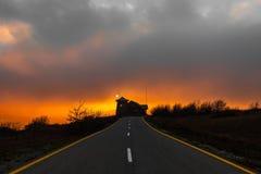 Изумлять красивый и красочный заход солнца над дорогой стоковое фото rf