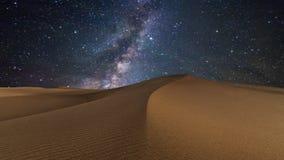 Изумляя взгляды пустыни под небом ночи звездным Timelapse акции видеоматериалы