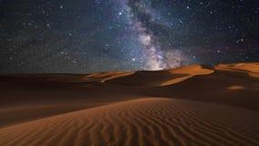 Изумляя взгляды пустыни под небом ночи звездным Timelapse сток-видео