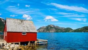 Изумляя взгляд природы с красивыми домами на береге фьорда Положение: Forsand, Норвегия, Европа o : стоковая фотография