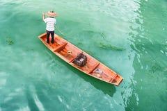 Изумляя взгляд сверху азиатского лодочника в традиционной бамбуковой шляпе стоковое изображение
