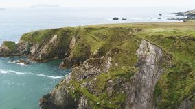 Изумляя вид с воздуха над грубым побережьем пристани Dunquin в Ирландии стоковые изображения