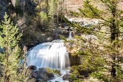 Изумляя водопад в национальном парке долины Ordesa и Monte Perdido Ordesa, провинции Уэски, Испании стоковая фотография