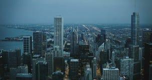 Изумляя воздушное timelapse 4K вечера Чикаго США Небоскребы около Lake Michigan Заход солнца и сумерк к темноте сток-видео