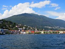 Изумляя городской пейзаж европейского города Ascona и панорамы озера Maggiore на высокогорном ландшафте riviera в ШВЕЙЦАРИИ стоковое изображение rf