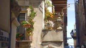 Изумляя детали популярного уютного Taorina украсить дома, солнечную улицу Сицилии акции видеоматериалы