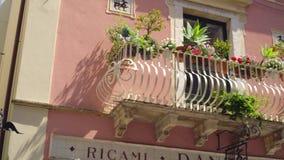 Изумляя детали популярного уютного Taorina украсить дома, солнечную улицу Сицилии сток-видео
