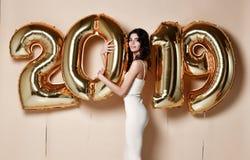 Изумляя женщина держа воздушные шары смотря камеру Новый Год праздника торжества стоковое фото rf