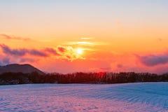Изумляя красивый живой заход солнца зимы в горах стоковое изображение rf
