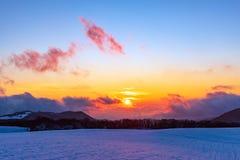 Изумляя красивый живой заход солнца зимы в горах стоковая фотография