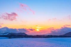 Изумляя красивый заход солнца зимы в горах стоковые изображения rf
