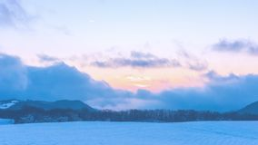 Изумляя красивый заход солнца зимы в горах стоковое фото