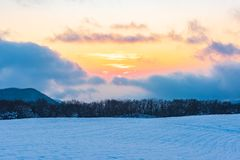 Изумляя красивый заход солнца зимы в горах стоковая фотография