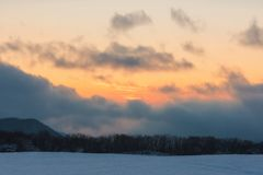 Изумляя красивый заход солнца зимы в горах стоковое изображение rf