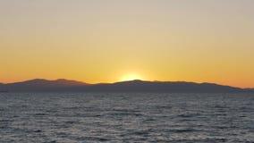 Изумляя красочный заход солнца над цепью моря и горы акции видеоматериалы