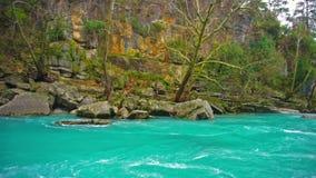Изумляя ландшафт реки от каньона Koprulu в Manavgat, Анталье, Турции Голубое река Сплавлять туризм Цвет бирюзы сток-видео