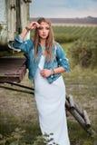 Изумляя, молодая и красивая девушка hippie около трейлера Стоковое Фото