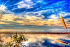 Изумляя насыщенный свет над водой Стоковое Изображение RF