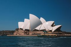 Изумляя оперный театр Сиднея с яхтами Стоковые Фото