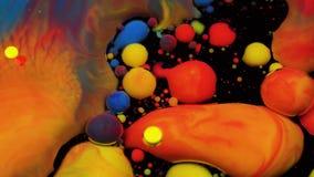 Изумляя пестротканые пузыри краски на поверхности масла Краска в масле видеоматериал