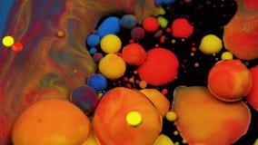 Изумляя пестротканые пузыри краски на поверхности масла Краска в масле акции видеоматериалы
