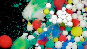 Изумляя пестротканые пузыри краски на поверхности масла Краска в масле сток-видео