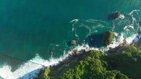 Изумляя скала, утесы и голубой океан в Бали r акции видеоматериалы
