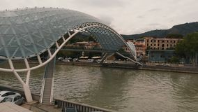 Изумляя Тбилиси в 4k - взгляде пешеходного моста от трутня акции видеоматериалы