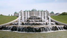 Изумляя фонтан около верхнего бельведера в Вене, Австрии в солнечном дне, подачах воды падает сток-видео
