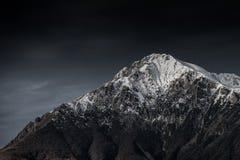 Изумляя черно-белая фотография красивых гор и холмов с темными небесами стоковые изображения rf