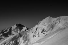 Изумляя черно-белая фотография красивых гор и холмов с темными небесами стоковая фотография