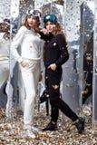 2 изумлённого взгляда спорта костюма красивых одежд носки женщины вскользь отклоняют Стоковые Фото