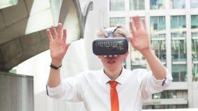 Изумлённые взгляды виртуальной реальности бизнесмена нося сток-видео