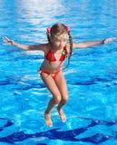 изумлённые взгляды девушки скачут swimsuit красного цвета бассеина Стоковая Фотография