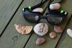 Изумлённые взгляды заплывания с красивыми камнями стоковое фото