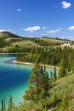 изумрудная территория yukon озера стоковые изображения rf
