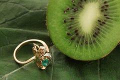 изумрудное золотистое кольцо кивиа Стоковые Изображения