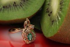 изумрудное золотистое кольцо кивиа Стоковая Фотография RF