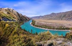 Изумрудное река в горах Стоковое Изображение RF