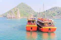 Изумрудные воды и towering острова в заливе Ha длинном, VI известняка стоковые фото