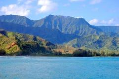 Изумрудные горы завишут над заливом Hanalei стоковые фотографии rf