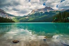 Изумрудное озеро в национальном парке Yoho, ДО РОЖДЕСТВА ХРИСТОВА, Канада Стоковая Фотография