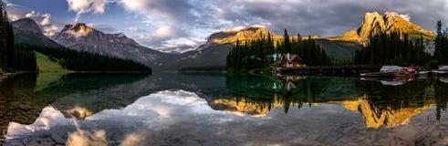 Изумрудное отражение панорамы озера Стоковые Фотографии RF