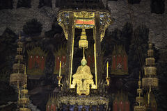Изумрудный Будда с веревочкой золота стоковое фото rf