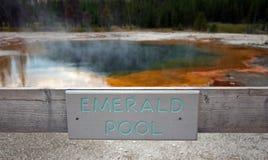 Изумрудный горячий источник бассейна подписывает внутри таз гейзера отработанной формовочной смеси в национальном парке Йеллоусто Стоковые Изображения RF