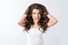 Изумление - женщина возбужденный смотреть к стороне Удивленная счастливая молодая женщина смотря косой в ободрении стоковые изображения rf