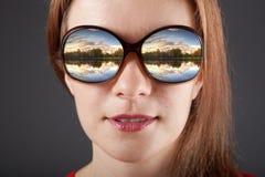 Изумленная девушка в солнечных очках с отражением Стоковые Фотографии RF