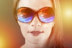 Изумленная девушка в солнечных очках с отражением Стоковые Фото